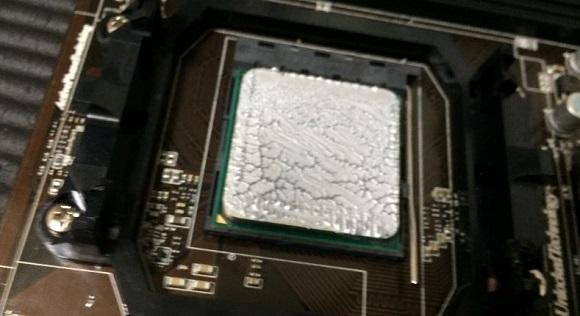 CPUクーラーを装着後一度外した時のCPUのグリスの状態
