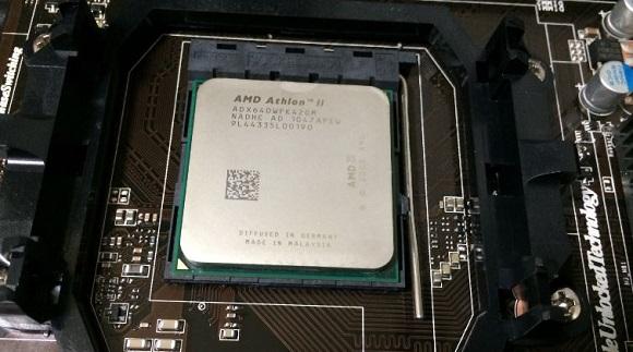 CPUグリスを拭きとった状態のCPU